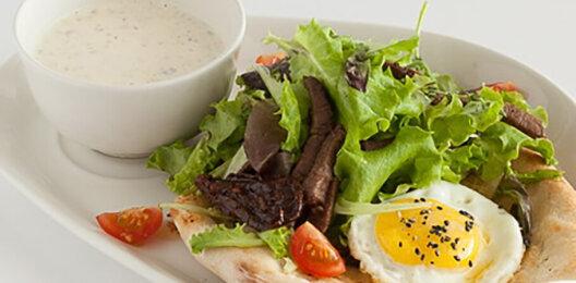 Тёплый салат с говядиной, жареным яйцом на пшеничной лепёшке