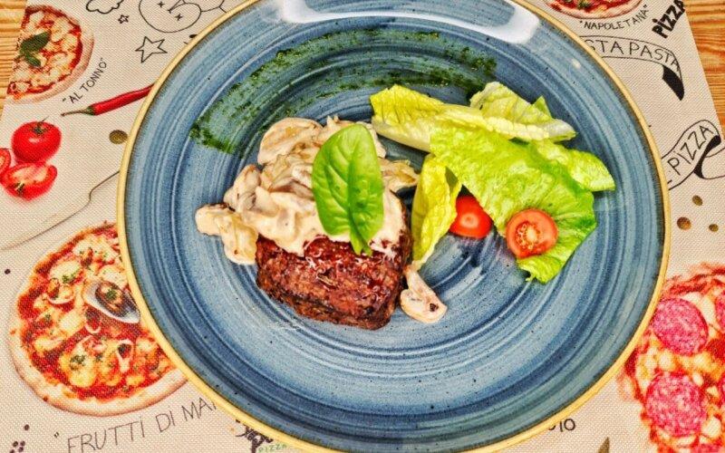 Стейк из говядины с перечно-грибным соусом