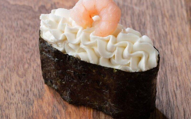 Гункан «Креветка и сыр сливочный»