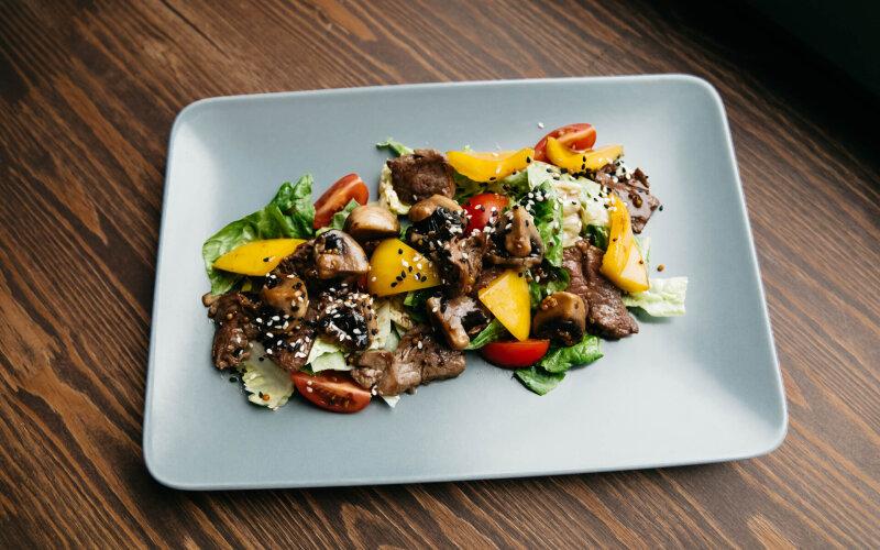Тёплый салат «Тайский» с ростбифом