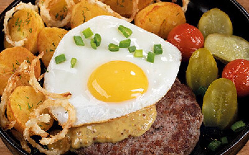 Бифштекс с жареным картофелем и яйцом