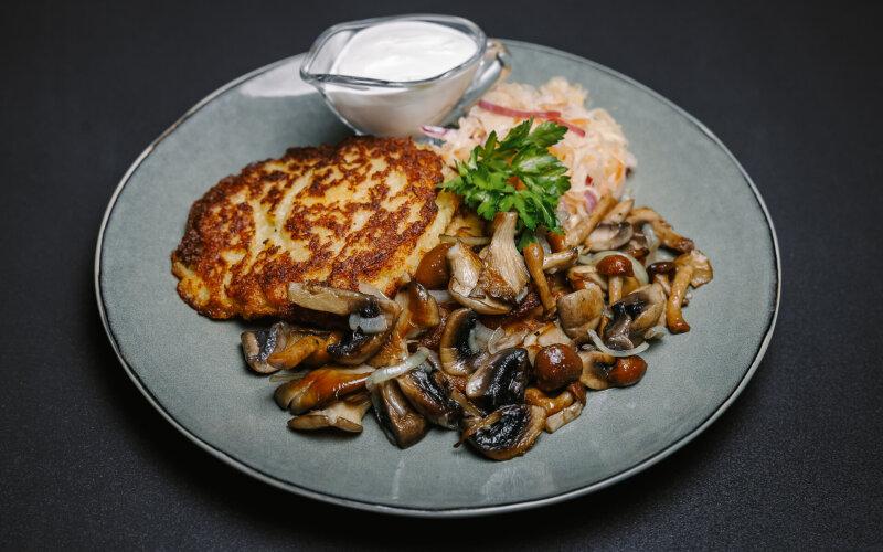 Жареные грибы с луком и салатом из квашеной капусты