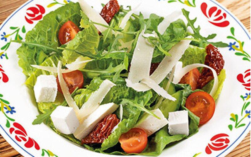 Салат с адыгейским сыром и вялеными помидорами