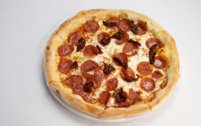 Пицца с салями и вялеными помидорами