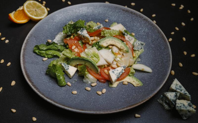 Салат с сыром «Горгонзола» и кедровыми орешками