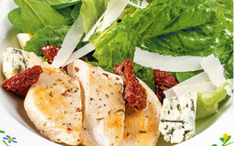 Салат с тёплой курицей, сыром «Дорблю» и вялеными помидорами, с медовым соусом с французской горчицей