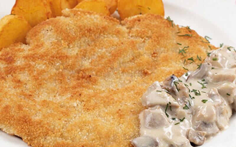 Шницель с грибным соусом с обжаренным картофелем