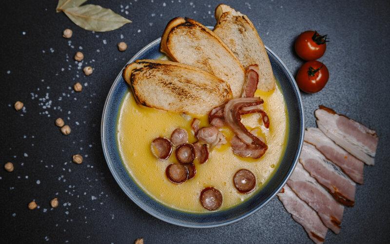 Гороховый суп-пюре с копчёностями и крутонами