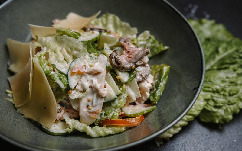 Салат  с курицей и ростбифом