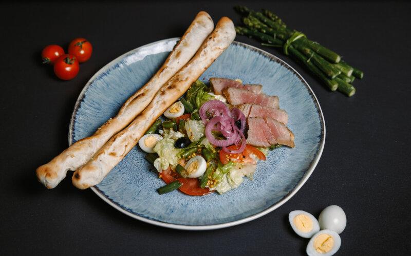 Салат «Нисуаз» с тунцом и хлебными палочками