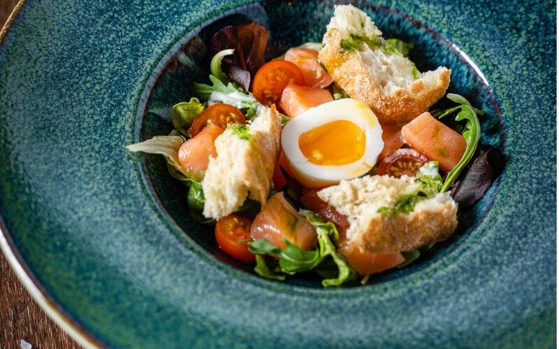 Салат «Цезарь» с лососем и овощами «CESARрыбка»