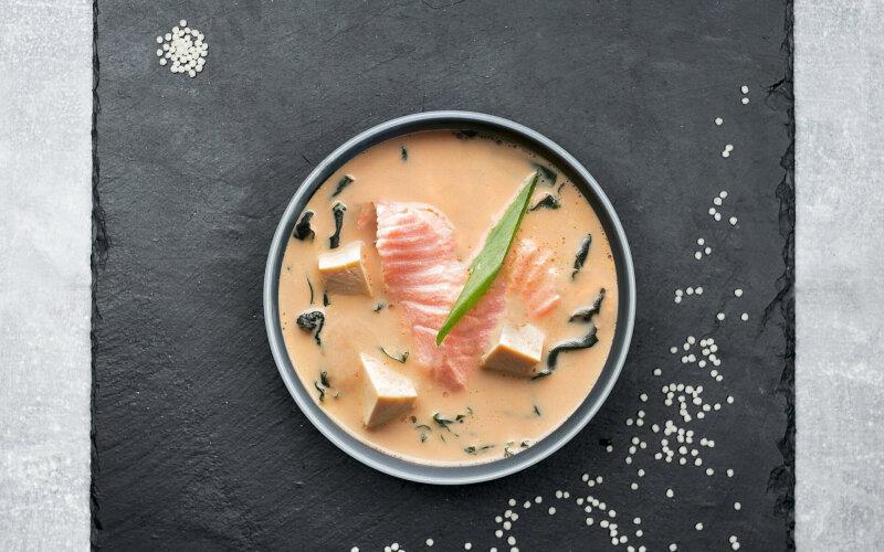 Сливочный мисо суп с лососем