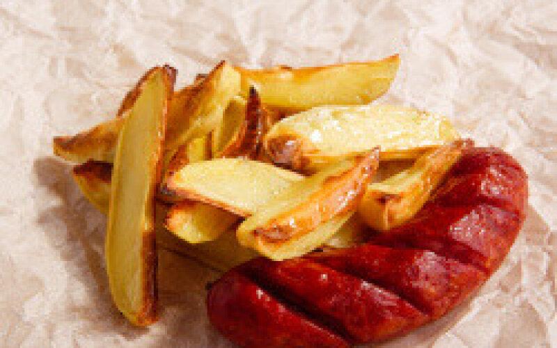 Колбаски гриль с картофелем «По-деревенски»