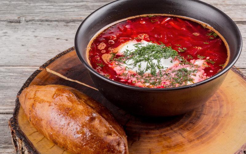 Борщ «По-виленски» с разварным мясом и бабушкиным пирожком с картофельной начинкой