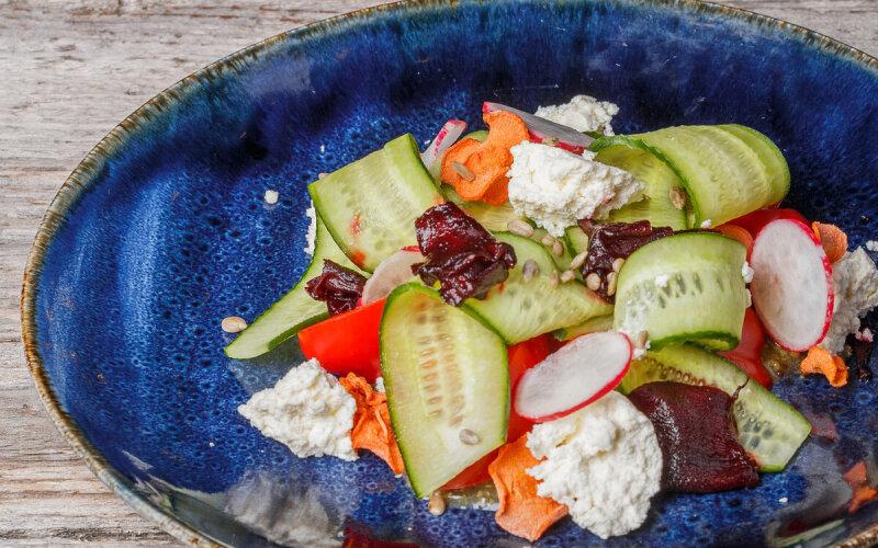 Овощной салат с домашним сыром и горчичной заправкой