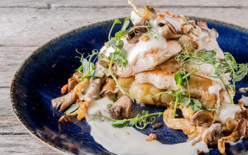 Томленное в сене куриное филе с жареными вёшенками и картофелем
