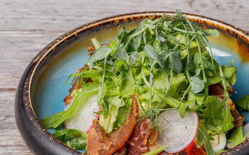 Салат с пряной подвяленной свининой с овощами и медово-горчичным соусом