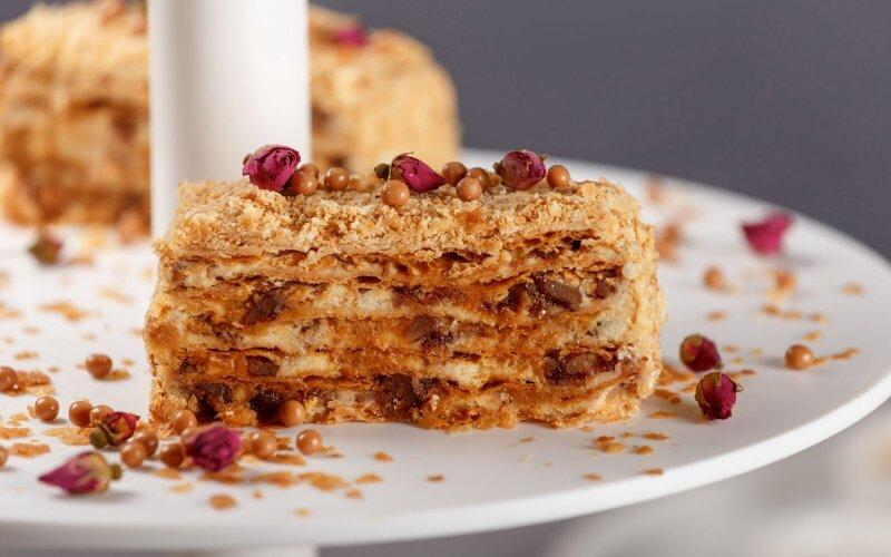 Торт «Наполеон с пеканом и соленой карамелью»