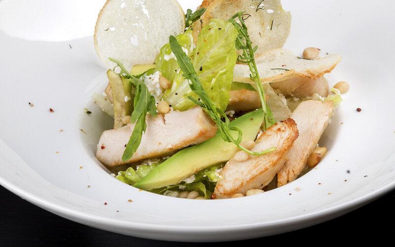 Салат из курицы, авокадо с кедровыми орешками и заправкой из сыра креметте