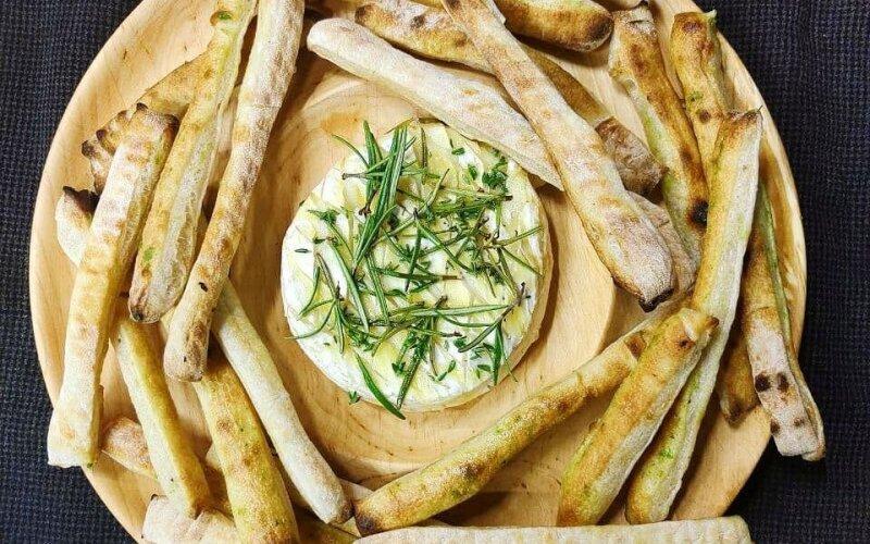 Запечённый сыр «Камамбер» с гриссини