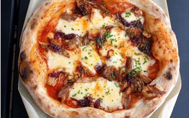 Пицца со свининой BBQ и карамельным луком