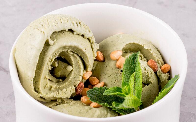 Мороженое с базиликом с кедровыми орехами
