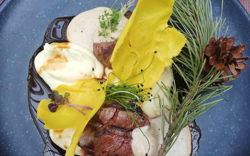 Окуренные ольхой говяжьи медальоны с кремом из картофеля и двумя видами соуса