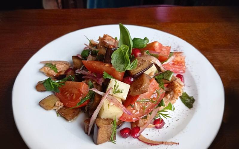 Салат с баклажанами и сыром «Сулугуни»