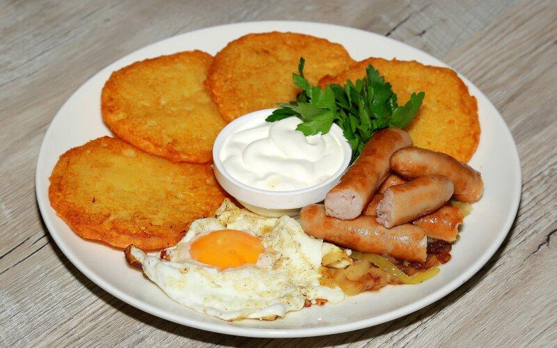 Драники из картофеля с колбасками «По-баварски» и сметаной