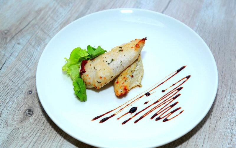 Стейк из куриного филе со сливочным соусом
