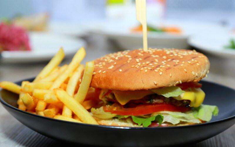 Бургер «Фирменный» с картофелем фри