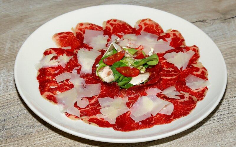 Карпаччо из говядины под сыром «Пармезан»