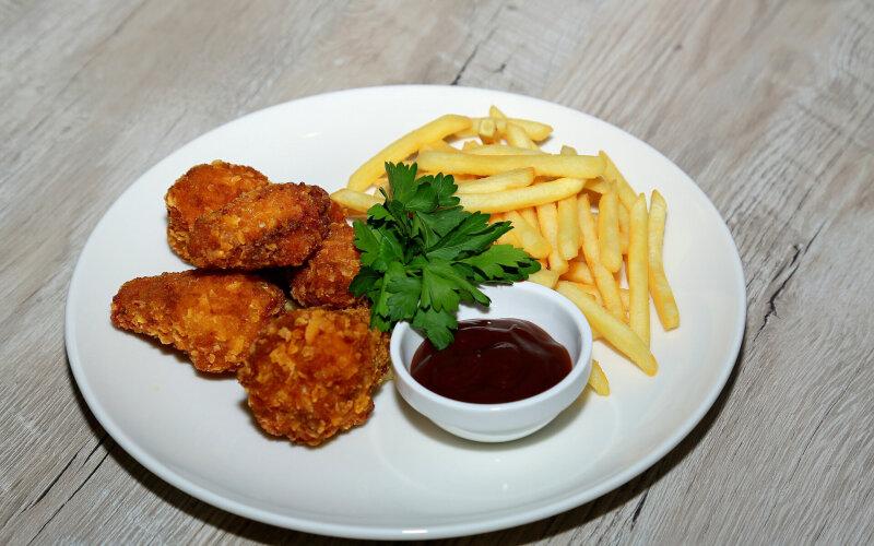 Куриные крылья с соусом BBQ и фри