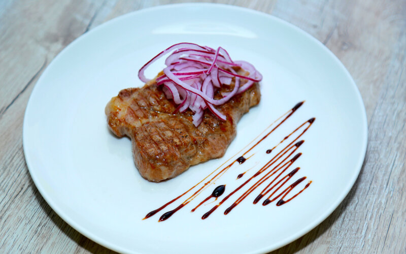 Стейк из свиного ошейка с соусом «Ренч»