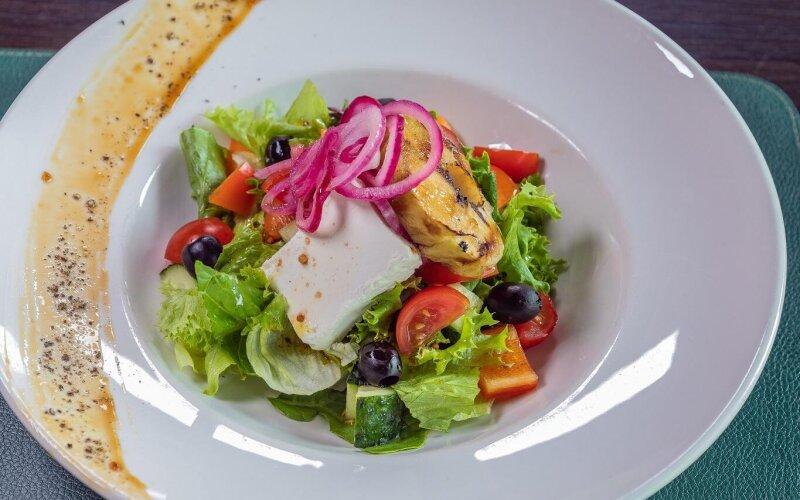 Салат «Греческий» с печёным яблоком
