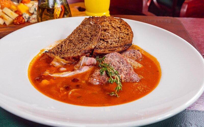 Немецкий томатный суп с колбасками