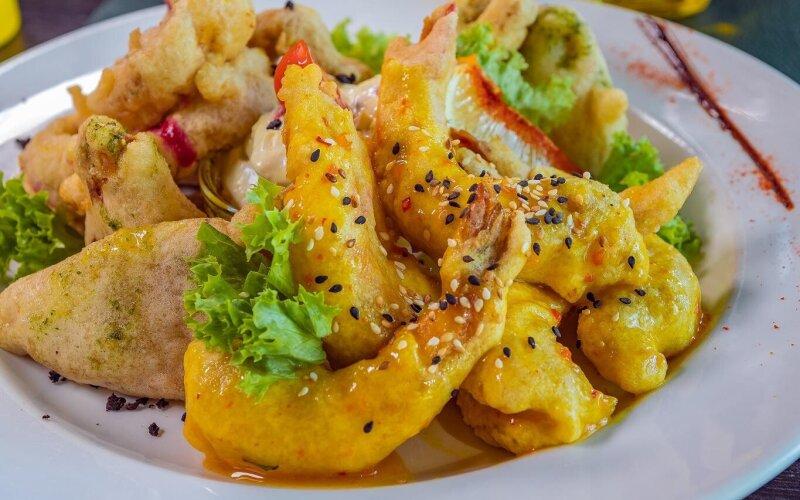 Тарелка с морепродуктами в темпуре с соусом тартар