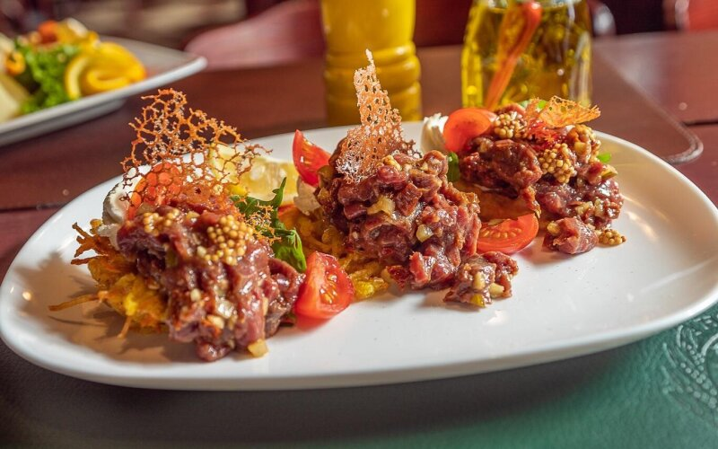 Тартар из говядины с устричным соусом