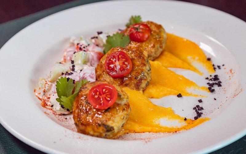 Котлетки из индейки с сыром «Фета», оранжевым пюре и черри салатом