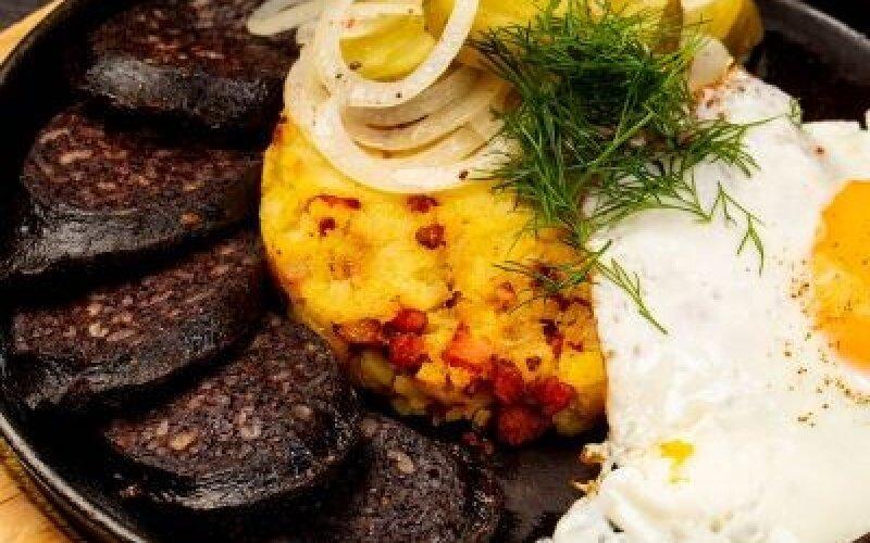 Сковорода с кровяной колбасой и толчёным картофелем