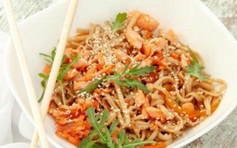 WOK с рисовой лапшой и лососем