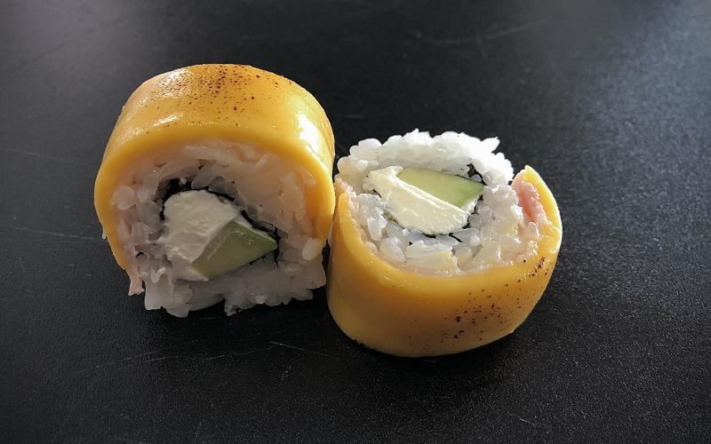 Ролл с плавленным сыром и беконом