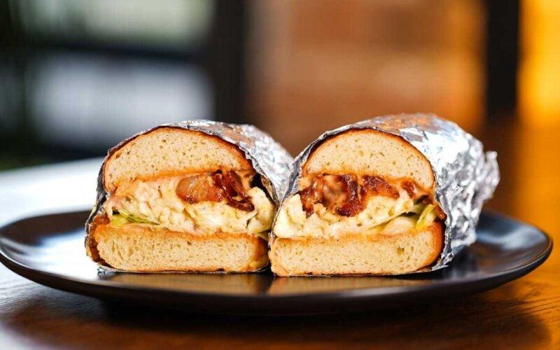 Сэндвич с беконом и болтуньей