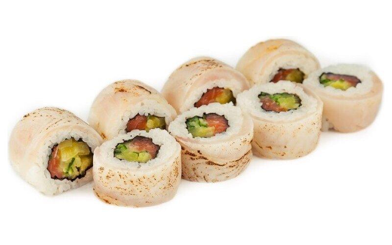 Ролл с окунем татаки и лососем в соусе «Понзу»