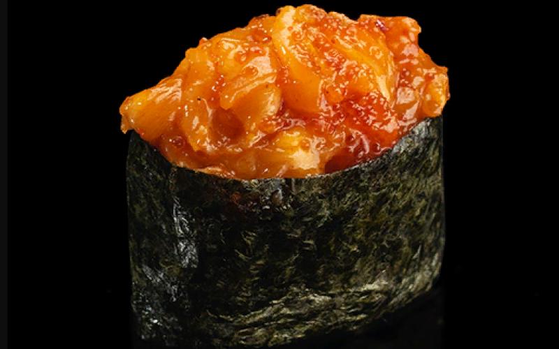 Гункан с лососем кимчи