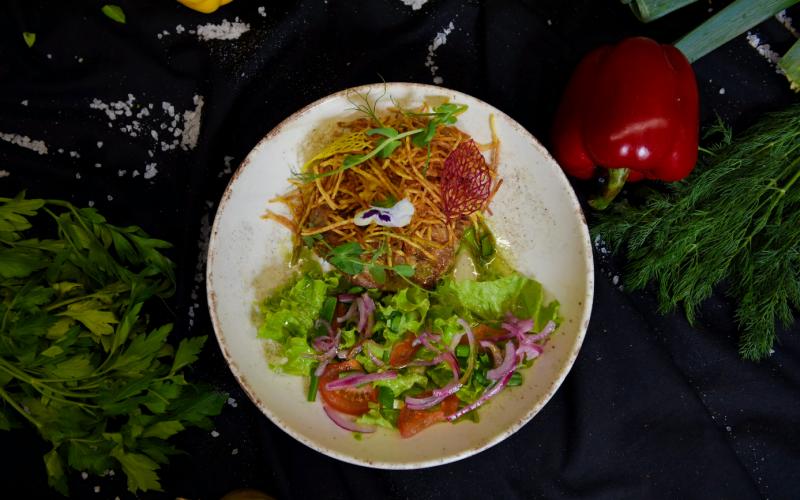 Свиная шея гриль с картофелем пай и салатом из овощей