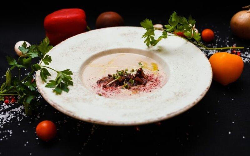 Крем-суп из шампиньонов с муссом из копчёного бекона и криспи из бородинского хлеба