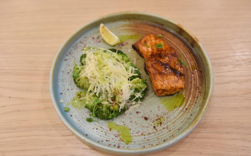 Стейк из форели с брокколи и сыром «Пармезан»