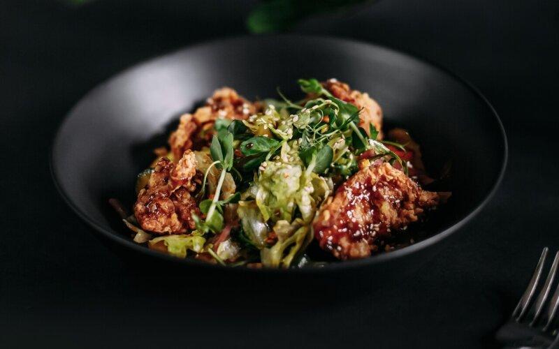 Салат с цыплёнком карааге
