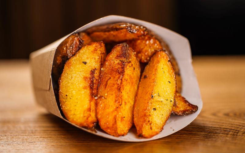 Картофельные дольки с беконом и луком